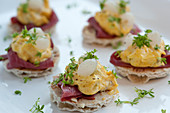 Crispbread canapés with a curry mayonnaise