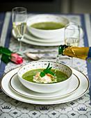 Grüne Sommersuppe mit Champagner und Sahnecreme zur Hochzeit