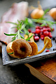 Frische Pilze, Cranberries, Rosmarin, Speck und Zwiebeln