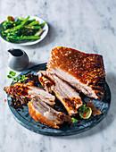 Knuspriger Schweinebauch mit Brokkoli (Asien)