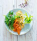Omelett mit Lachs und Salat