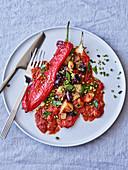 Gefüllte rote Spitzpaprika mit Kartoffeln und Oliven