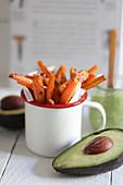 Süßkartoffelpommes im Emaillebecher mit Avocadodip