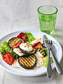 Gegrillter Auberginensalat mit gebratenen Tomaten, Blattsalat und Schafskäse