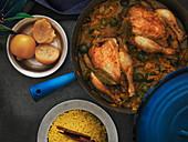 Marokkanische Tajine mit Stubenküken, grünen Oliven und Lorbeerblättern, Salzzitronen und Zimt-Couscous