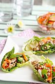 Buffet mit gefüllten Salatblättern und mariniertem Gemüse (Vietnam)