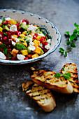 Salsa mit Feta, Granatapfelkernen und Röstbrot
