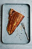 Geräucherter Lachs mit Pfeffer auf Metalltablett