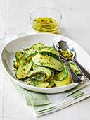 Gebratene Zucchinistreifen mit Olivenöl-Kräuter-Senf-Dressing