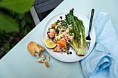 Gegrillter knuspriger Salat mit Kräuterkartoffeln und Lachs