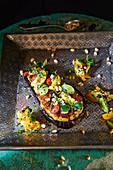 Auberginen-'Pizza' mit Lammragout, Linsencreme und Brunnenkresse