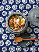 Kürbis-Bowl mit Ei, gebratener Gurke und frittiertem Tofu
