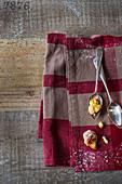 Kleine Portion Apfel-Cobbler auf Löffel