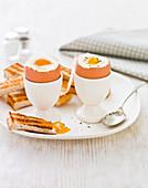 Egg And Soldiers (Weich gekochtes Frühstücksei mit Toaststreifen, England)