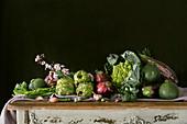 Stillleben mit grünem Gemüse auf rustikalem Holztisch
