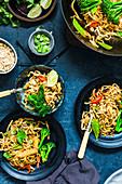 Vegetarisches Pad Thai mit Brokkoli, Maiskölbchen und Zuckerschoten (Asien)