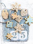 Ingwerplätzchen mit weisser und blauer Zuckerglasur als Christbaumschmuck