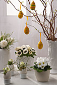 Oster - Arrangement mit weißen Blüten und bunten Ostereiern