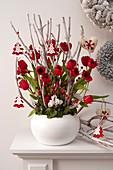 Ungewöhnliche Weihnachtsdekoration mit Tulpen und gebleichten Zweigen