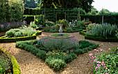 Kräutergarten mit Kieswegen