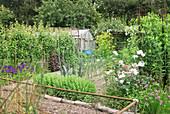 Bauerngarten mit Gewächshaus
