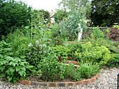 Gartenbeete mit Klinkereinfassung und Kiesweg
