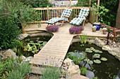 Holzdeck mit Steg als Terrasse am Teich