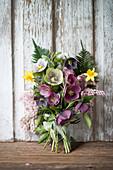 Stehstrauß mit Lenzrosen, Narzissen und Lavendelheide