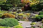 Hanggarten mit Treppe aus Naturstein und Steingarten