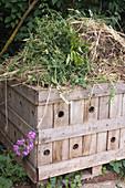 Selbstgebaute Kompost-Kiste für Gartenabfall