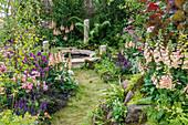 Cottage Garten mit Steppensalbei, Fingerhut, Ziest und Rosen, Wasserbecken mit Naturstein