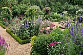 Rosengarten mit Rittersporn, Buchs als Einfassungen