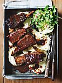 Rinderrippchen in Rotwein mit Kartoffelpüree und Apfel-Brunnenkressesalat