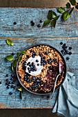 Veganer Blaubeer-Crumble mit Kokoscreme