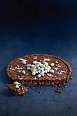 Kühlschrank-Schokoladentarte mit Ostereiern