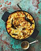 Nudelauflauf mit Käse, Blumenkohl und Salbei