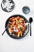 Rigatoni mit Tomaten und Chorizobällchen