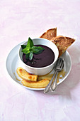 Elderberry soup with honey-bananas