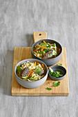 Ramen-Gemüsesuppe mit Kräuter-Tatar-Klößchen