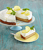 Yoghurt cream cake with lemon
