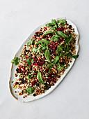 Veganer Getreidesalat mit Granatapfel und Minze