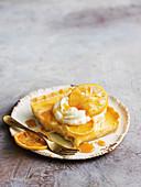 Ein Stück Lemon-Curd-Vanillepudding-Tarte
