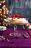 Pavlova mit Pflaumen (weihnachtlich)