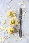 Champignonpraline mit Oliven, Tomaten und Schnittlauch-Mayo
