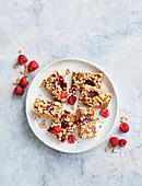 Erdnussbutter-Marmeladen-Riegel mit Vanillesalz und Himbeeren