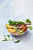 Curryhuhn Reis Bowl mit Mango und Gemüse