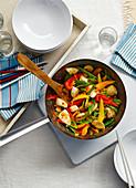 Feuriges Hühnchen mit Gemüse aus dem Wok