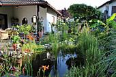 Haus mit Gartenteich an der Terrasse