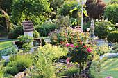 Garten mit Stamm-Rose, Lavendel, Frauenmantel, Farn und Brunnen