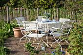 Sitzgruppe mit bepflanzter Suppenterrine als Tischdekoration